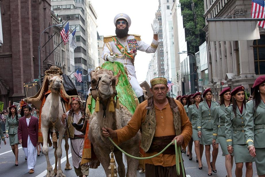 Sacha Baron Cohen ratsastaa jälleen elokuvassa Diktaattori. Kuva Filmikamari