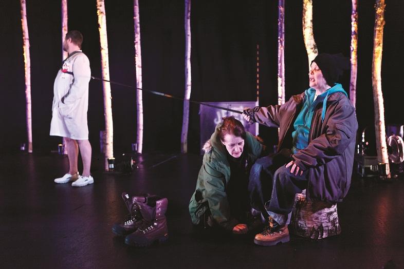 Kuopion kaupunginteatterin Ilkka Pentti näyttelee Jekku-terpiakoiraa, Annukka Blomberg Jessikaa ja Seija Pitkänen Jessikan äitiä, joka saa näytelmän alussa tehtävän näytellä Jessikan poikaa Ilvestä. Kuva Sami Tirkkonen
