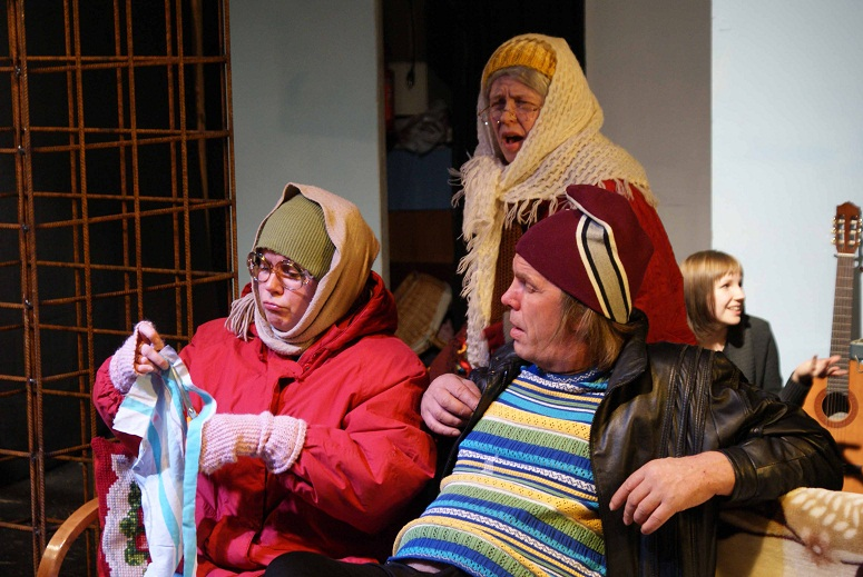 Suvi-Sisko Villanen, Anne Suomalainen ja Antti Riikonen näyttelevät Kotalan suvun klaania. Kuva Ilpo Ilves