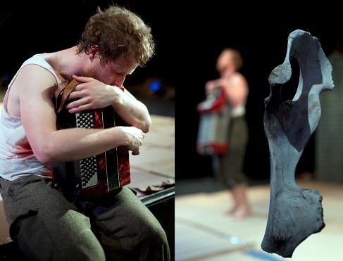 Esa-Matti Smolander esittää Timo K. Mukan teksteihin perustuvan monologinäytelmän. Kuva Teatteri Vanha Juko/Heidi Kotilainen