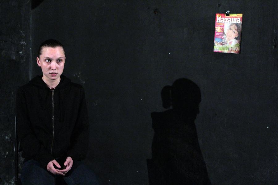 Dimitri Egorovin ohjaus on hyvin pelkistetty. Vera Paranicheva esittää näytelmän ensimmäisen, pitkän monologin tuolilla istuen lähes tyhjällä näyttämöllä. Katosta roikuu Venäjällä suosittu nuortenlehti Natasha. Kuva Etude teatteri.