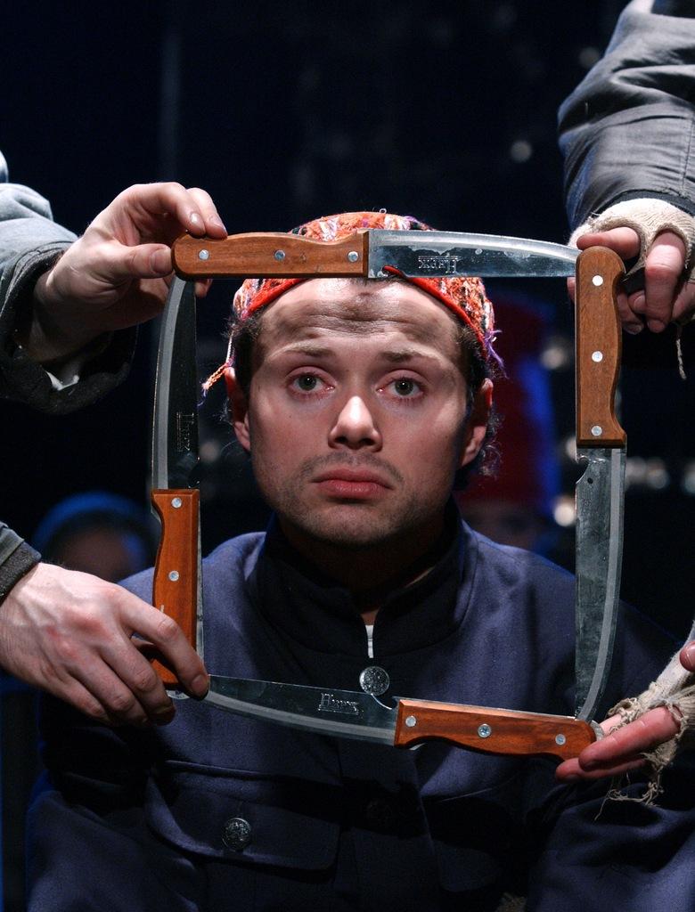 Andrei Moguchin Pro Turandotissa puukot ja puntarit heiluvat kuin smeedsiläisessä teatterissa ikään. Yksi prisessa Durandotin onnettomista kosijoista (Andrev Shimko) on juuri menettämässä päänsä. Kuva Priyut komediant
