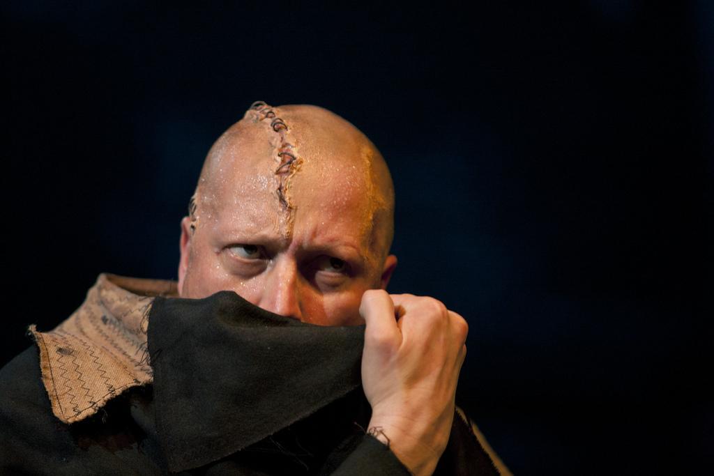 Kansallisteatterin Frankenstein on visuaalisesti ja äänimailmaltaan upeaa teatteria. Kuvassa olio Esa-Matti Long.  Kuva Stefan Bremer /Suomen Kansallisteatteri
