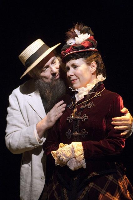 G. A Serlachiusta näyttelee Pertti Sveholm ja hänen vaimoaan Alicea  Aino Seppo. Kuva Tapio Vanhatalo/Helsingin kaupunginteatteri