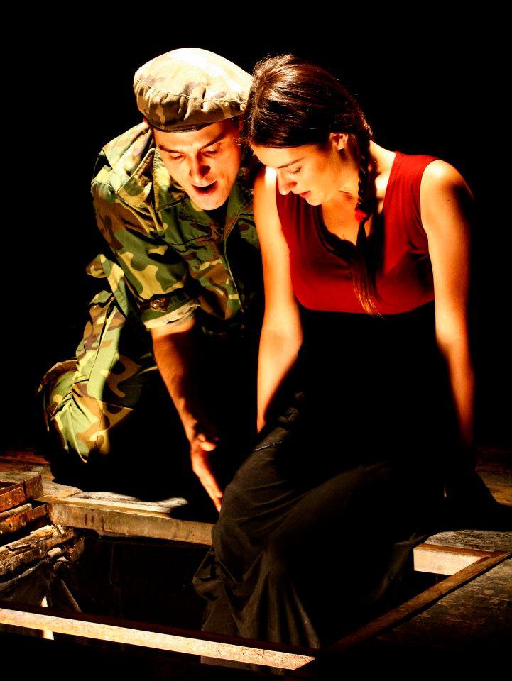 Palvelijatar Grusha Vachnadzen roolissa Kition Miriam ja hänen rakastettunaan Simon Chachavana Vano Kurasbediani. Kuva Liberty Theatre
