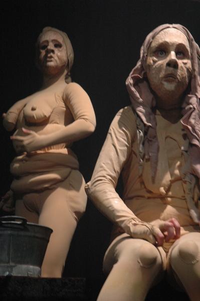 Alastopuvuissa ja naamioissa näyttämölä esiintyvät Johanna Kultala ja Elina Putkinen. Kuva Soile Mäkelä