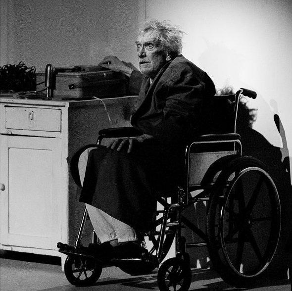 Eugeni Shokinilla on Viimeisen ääninauhan Krappina suorastaan hämmentävä kyky ottaa näyttämö haltuunsa pelkällä läsnäolollaan. Kuva Kemerovo Oblast Drama Theatre of A.V.Lunachaskij