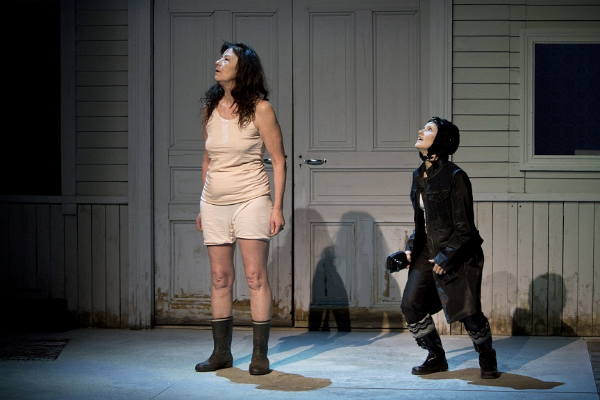 Avantouintia harrastava Aila (Riitta Selin) on yhteisön kantaäiti ja Hanna Raiski esittää näytelmän kaikkitietävää kerjotaa, Vierailijaa. Kuva Turun kaupunginteatteri