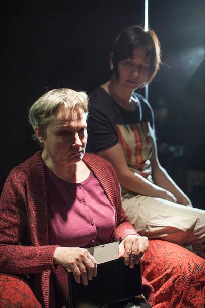 Tiina Weckström ja Wanda Dubiel näyttelevät unohtumattomalla tavalla näytelmän äitiä ja tytärtä. Kuva Yehia Eweis
