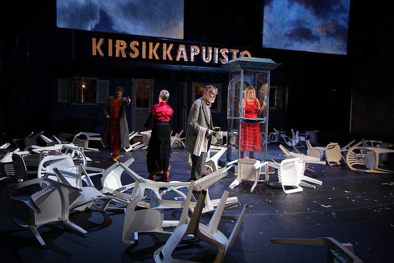 Suljettu tila näyttämöllä kuvaa tehokkaasti todellisuuden moniulotteisuutta. Kansallisteatterin Kirsikkapuistossa näistä sisäkkäisistä todellisuuksista syntyy niin massiivinen kokonaisuus, että näyttelijät alkavat kutistua. Kuvassa Paavo Wersterberg, Tiina Weckström, Ismo Kallio ja Emmi Parviainen. Kuva Pasi Ylirisku/Kansallisteatteri