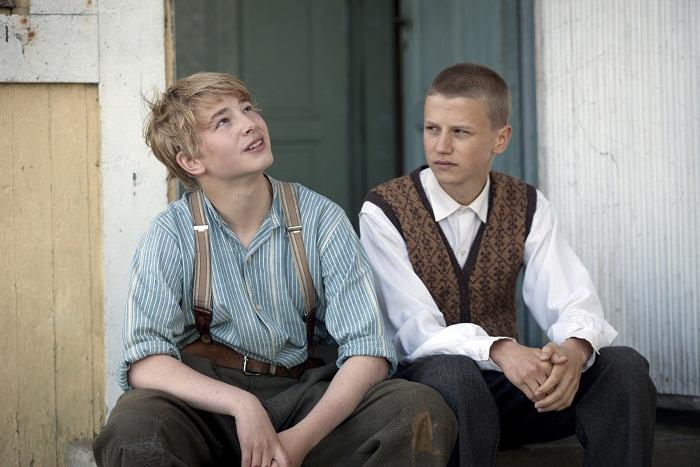 Patrik Kumpulainen ja Erik Lönngren näyttelevät aivan poikkeuksellisen koskettavasti elokuvan nuoria. Näiden kahden näyttelijän välinen henkilökemia ja dynamiikka toimivat, vaikka he ovat muutaman vuoden esittämiään roolihenkilöitä vanhempia. Kuva Långfilm Productions
