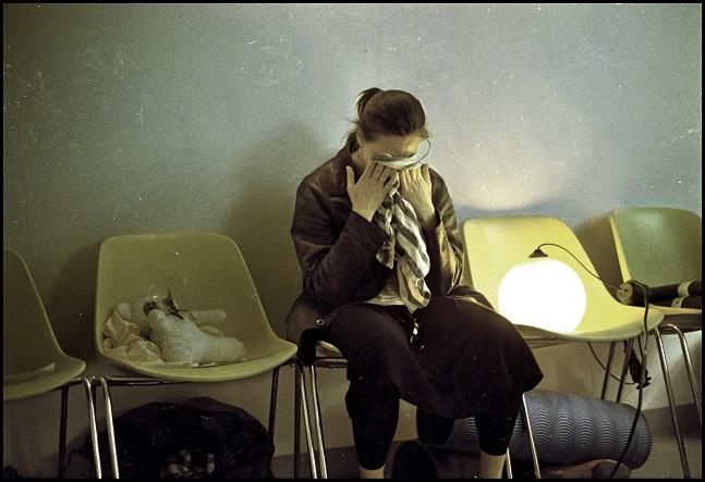 Salla Kozma näyttelee upeasti Koko teatterin monologinäytelmässä Nainen ja Karhu. Kuva Octavian Bâlea/Koko teatteri