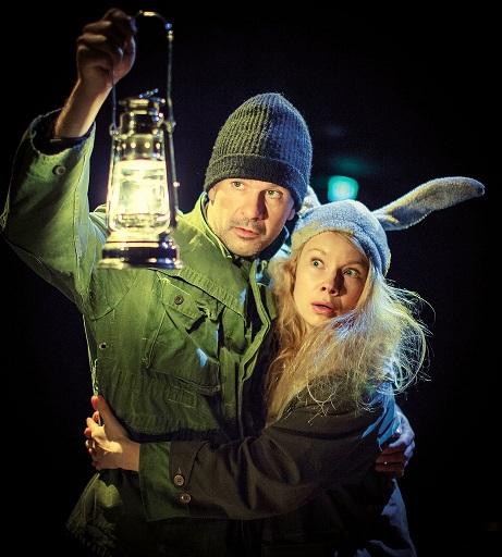 Vatanen (Robin Svartström) ja jänis (Anna-Liisa Rajanen) eivät etsi lyhdyn kanssa ihmistä, vaan korppia, eläintä. Kuva Johannes Wilenius/Ryhmäteatteri