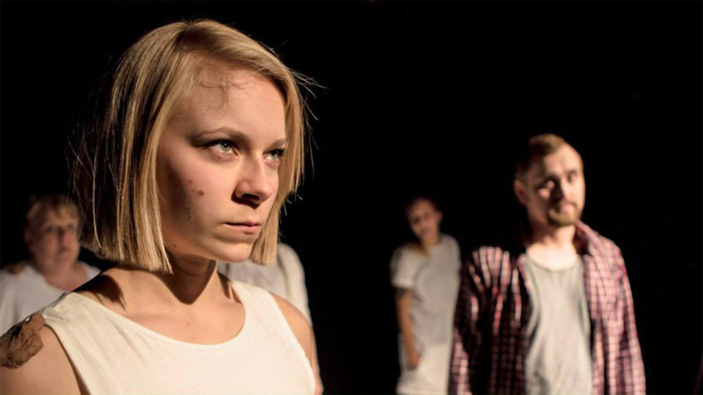 Lauri on paska! on yhden miehen ja 13 naisen teatteria. Maija Hartikainen on yksi näytelmän 13 Heidistä. Laurin roolissa näyttelee ja tanssii Sami Sainio. Kuva Turun ylioppilasteatteri
