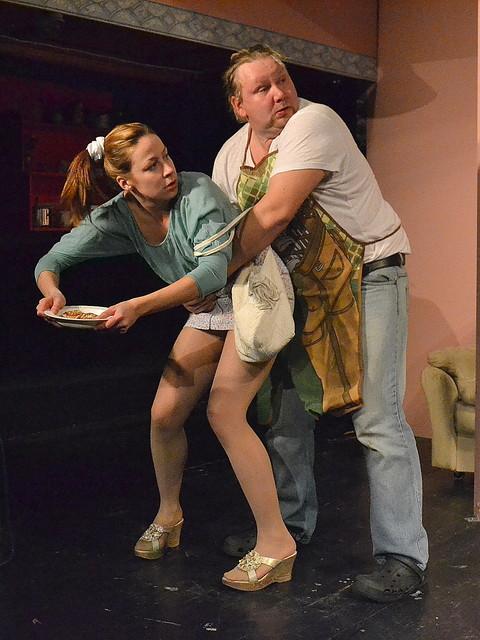 Pullista ja kullista puhutaan Irti-teatterin Madaameissa samaan hengenvetoon. Kuvassa Raisa Kekakarainen ja Ville-Pekka Lamberg. Kuva Irti-teatteri