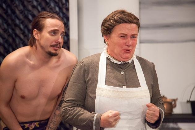 Petri Aulin on näytelmän Lenin ja hänen rooliasussaan hikeen asti on vaikea päästä jopa kiivasrytmisessä farssissa. Erica Selin on näytelmän tiukkapipoinen neiti Nylund. Kuva Mikko Vihervaara/Työväen näyttämöpäivät