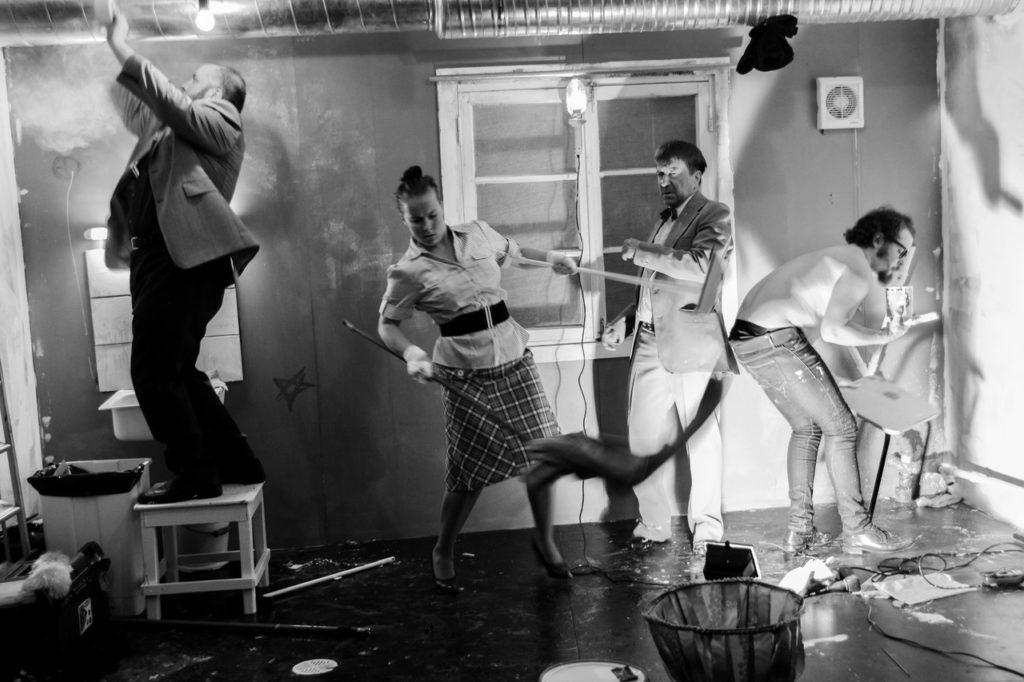 Peter Rästas, Anneli Rahkema, Hannu Salminen ja Antti Makkonen näyttelevät keittiöremonttia tekevän rakennusporukan nimettömäksi jääviä duunareita. Kuva Rakvere Teatern