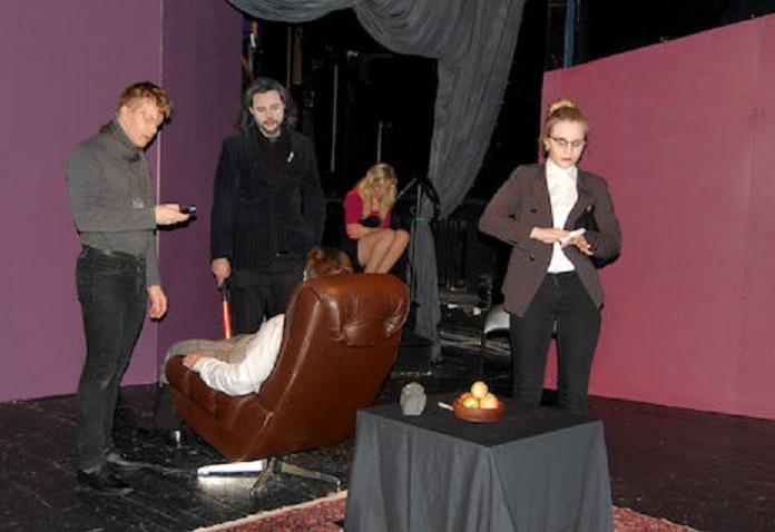 Sami Kettunen, Simon Kiuru, Sami Sivonen, Emmi Tanskanen ja Janita Hämäläinen Irti-teatterin trillerin harjoituksissa. Kuva Anniina Meuronen/Uutisvuoksi