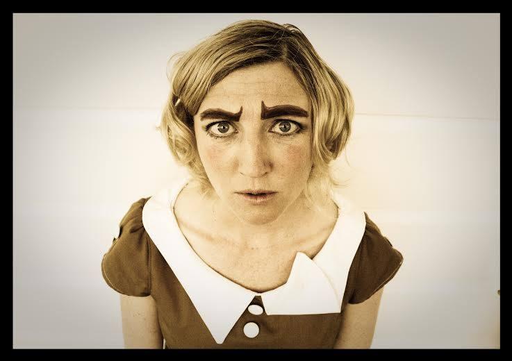 Jen McArthurin tyylikeinona käyttämä klovneria ei pilkkaa, vaan osoittaa syvällistä ymmärrystä. Kuva Black and White Theatre Festival