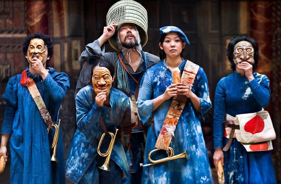 Näytelmän rooleissa näyttelevät Dai Ishida, Satoko Abe, Saki Kohno, Shie Kubota, Yohei Kobayashi ja Koji Ogawara. Kuva Simon Annand/Maustan ja valkoisen teatterifestivaali