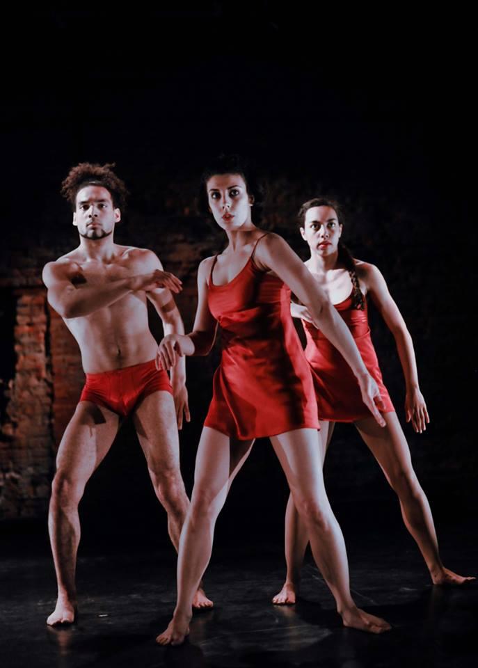 Koreografi Vendentte Mathea ja ryhmän nuoret tanssijat, kuvan  Surya Berthomieux, Beatrice Debrabant ja Link Berthomieux käyttivät viisi kuukautta siihen, että kehittivät improvisaation kautta uusia liikesarjoja. Kuva Black and White Theatre Festival
