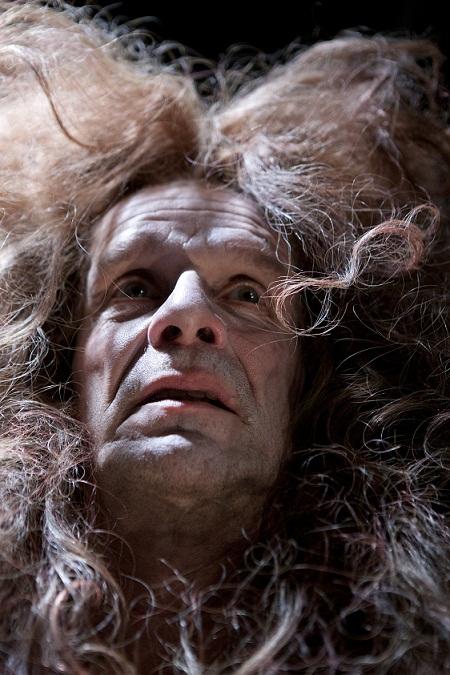 Jukka Puotila näyttelee unostumattomalla tavalla maailman viimeistä hirmuhallitsiaaj Kansallistetaaterin upeassa Kuningas kuolee produktiossa. Kuva Kansallisteatteri/Stefan Bremer
