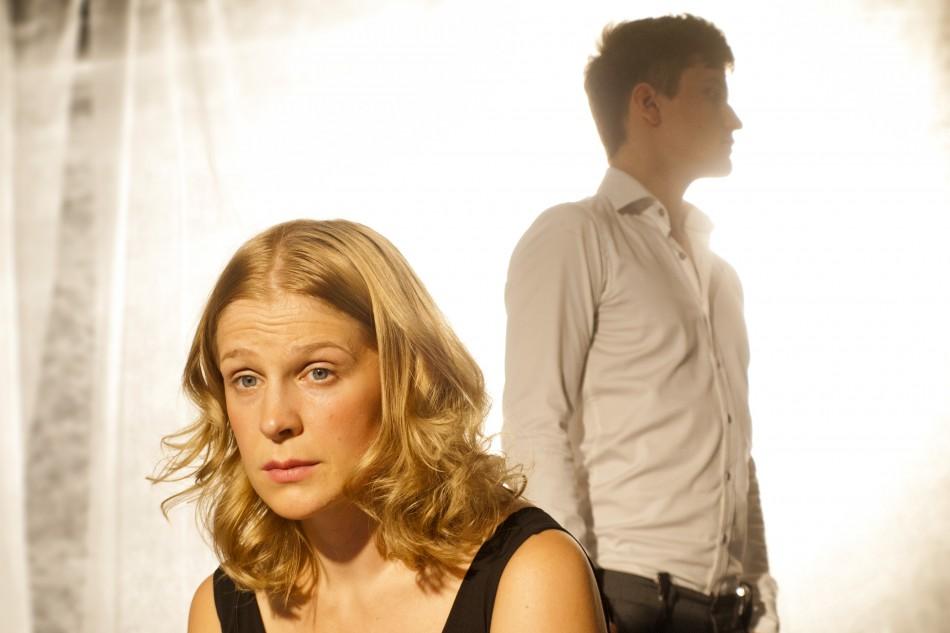 Ikuisesti sinun on Kaisu Leppäsen dramatisoima ja ohjaama ja Mikael Saaren säveltämä lauluista ja lyhyistä monolgeista koostuva esitys. kuva Miika Riikonen