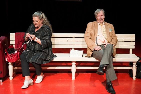 Kaiken se kestää, paitsi yhteisen elon. Marja-Leena Koukin ja Erkki Saarelan välinen dialogi on nautittavaa seniori Juliana ja Romeona. Kuva Kom-teatteri/Noora Geagea