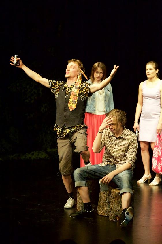 Näytelmän Jouni (Jetro Ojanen),  Netta (Silja Grenman),  Petri (Marko Perälä) ja Mari (Tytti Jäppinen)