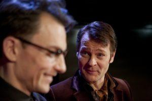Näytelmän läheiset ystävät Jerry (Marc Gassot) ja Robert (Petri Liski) ja Pinterin hetki. Kuva Kansallisteatteri/Stefan Bremer