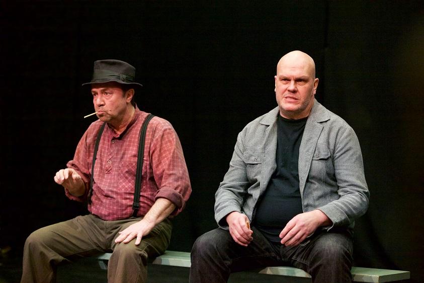 Näytelmän puhemies Antti Ronkainen (Tomi Sirén) ja leskimies Simo Kämäräinen (Heikki Herva) kosiopuuhissa,