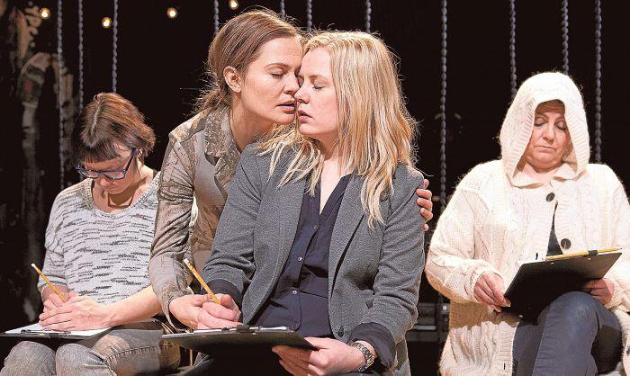 Elena Leeve, Lotta Kaihua, Iida Kuningas ja Sanna-Kaisa Palo näyttelivät upeasti Q-teatterin esityksessä. Kuva Pete Pesonius/Q-teatteri.